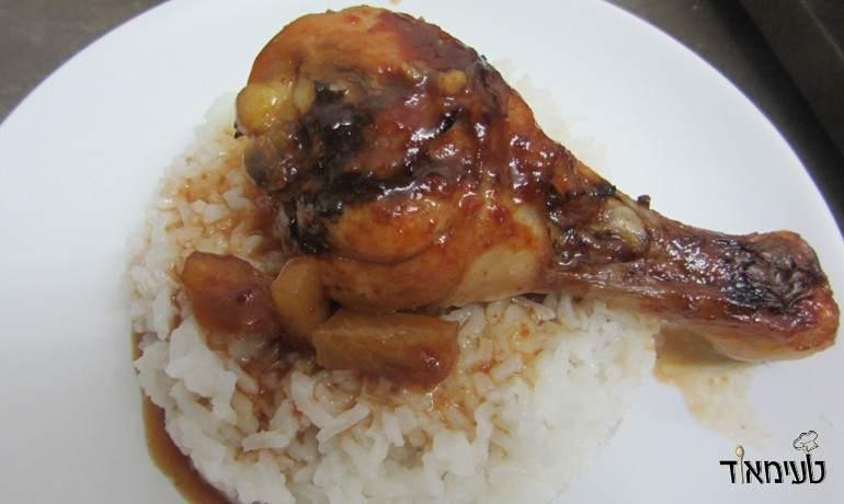 עוף באננס חמוץ מתוק על מצע אורז