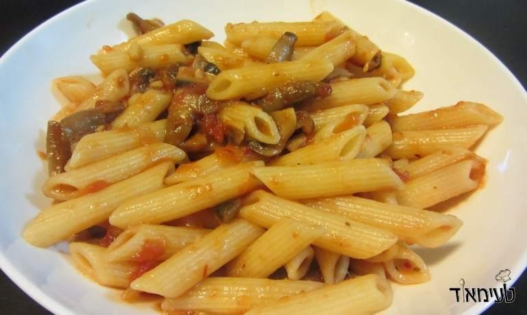 פנה עם רוטב עגבניות ופטריות חריף