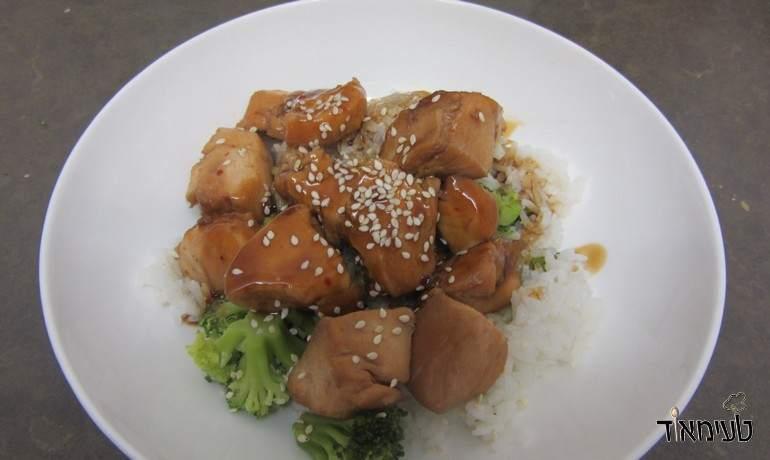 חזה עוף אסייתי בתנור עם אורז וברוקולי