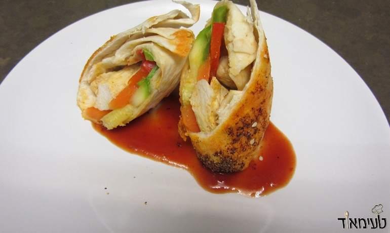 טורטיה מגולגלת עם ירקות מוקפצים וחזה עוף בתנור