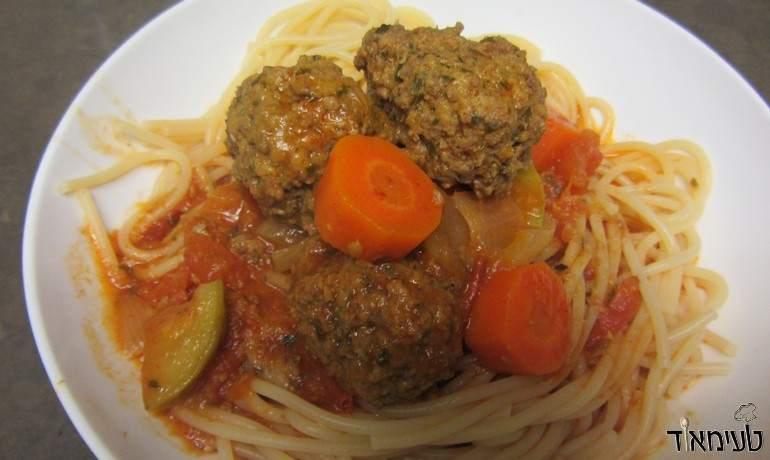 כדורי בשר ברוטב אדום עם ירקות