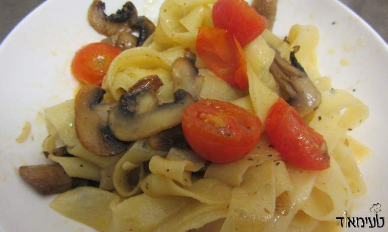 רוטב שמן זית עם עגבניות שרי ופטריות לפסטה