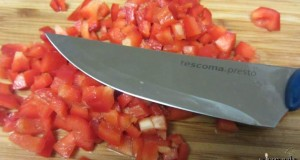 לא עברה את מבחן העגבניה... נאלצנו לחתוך את העגבניה מבפנים