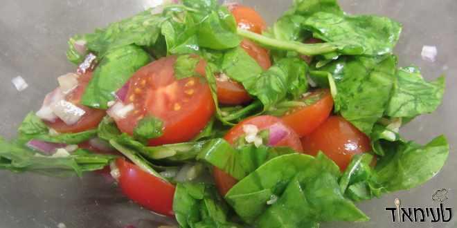 סלט עגבניות שרי עם עלי תרד ושום
