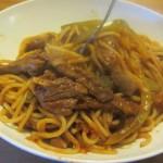 ספגטי עם רצועות סינטה ופלפלים ברוטב עגבניות