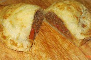 מלאווח קון קארנה - מלאווח ממולא בשר, שעועית ופלפלים ברוטב עגבניות