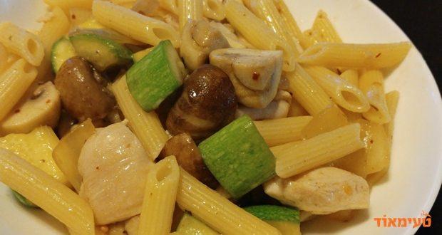 פסטה עם חזה עוף בשמן זית קישואים ופטריות