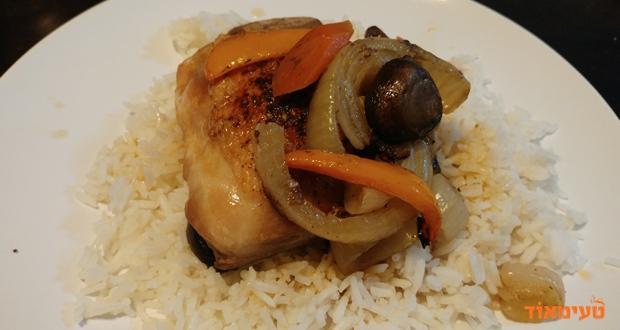 עוף צלוי על ירקות בתנור
